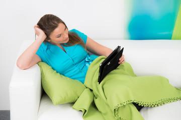 junge frau liest elektronisch ein buch