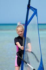 Mädchen am Surfbrett - Windsurfing
