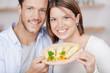 junges paar mit käse in der küche