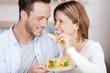lachendes paar isst käse