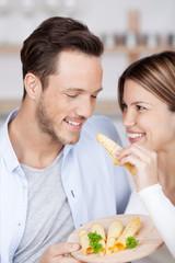 mann und frau essen käse