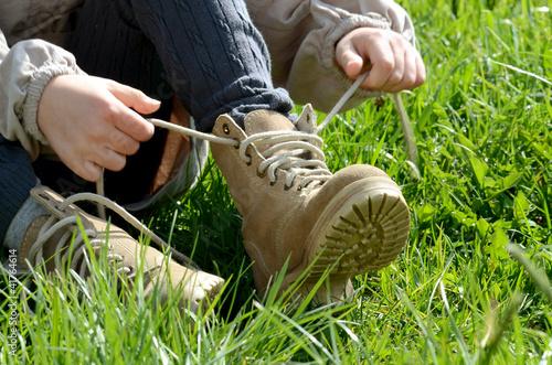 Leinwanddruck Bild Kind bindet die Schuhe