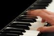 Klaviatur mit dynamischer Hand in Bewegung