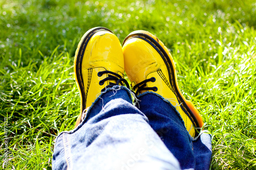 Chaussures jaunes dans l'herbe