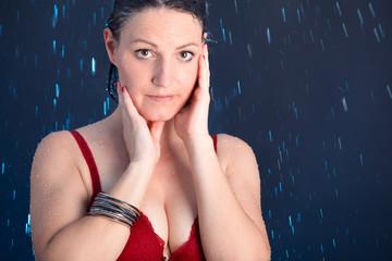 Junge Frau steht im Regen