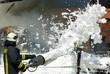 Leinwanddruck Bild - Feuerwehr löscht Scheunenbrand mit Schaum