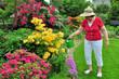 Seniorin bei der Gartenpflege