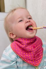 Einjähriges Mädchen beim Zähneputzen