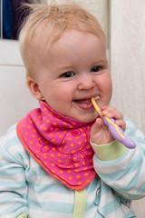 Mädchen putzt Zähne