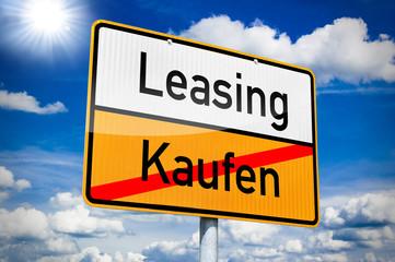 Ortseingangsschild mit Leasing und Kaufen