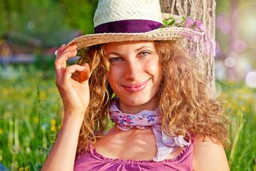 Mädchen lehnt sich lächelnd an einen Baum / dandelion-10