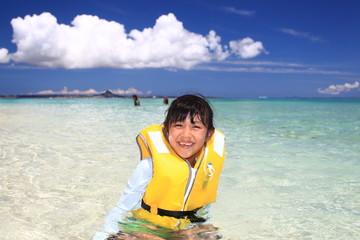 ビーチで遊ぶ女の子