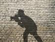 ombre de photographe sur mur en briques