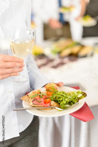 Kobieta biznesu gospodarstwa tablicy z jedzeniem żywności