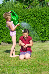 Kinder spieln mit Wasser