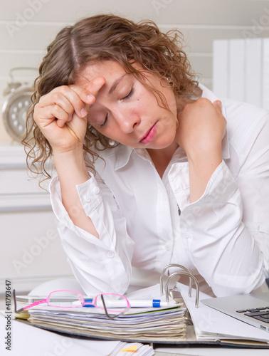 Frau verzweifelt im Büro