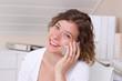 Frau beim Telefonieren mit Smartphone