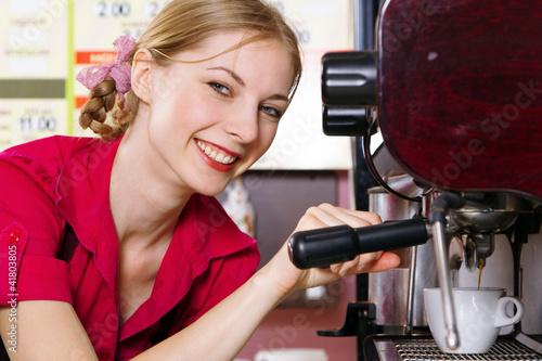 Przyjazna kelnerka robienie kawy