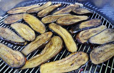 gegrillte auberginen auf holzkohlegrill
