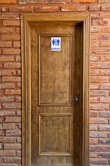 puerta de madera y marco de ladrillo