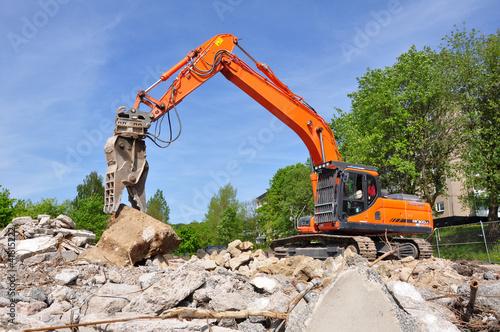 Abrissbagger auf Bauschutt