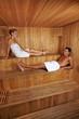 Mann und Frau zusammen in Sauna