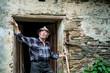 Alter Bauer vor der Haustür