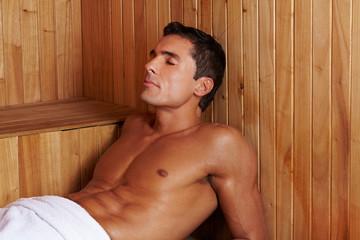 Schwitzender Mann in Sauna