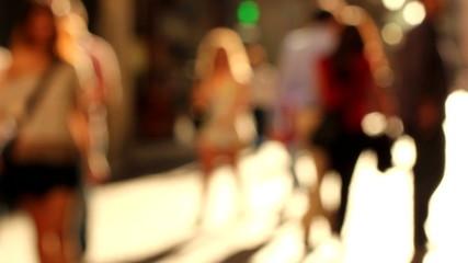 Gente andando por una calle comercial. Desenfoque intencionado