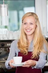 lächelnde serviererin im café