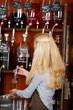 verkäuferin füllt öl in eine flasche