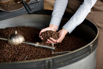 frau prüft die röstung der kaffeebohnen