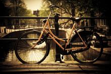 Amsterdam. Romantisch kanaalbrug, fiets