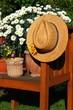 Holzstuhl mit Strohhut, Gänseblümchen Gartendeko