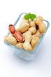 arachidi con guscio su sfondo bianco