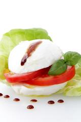mozzarella e pomodoro con gocce di balsamico su sfondo bianco