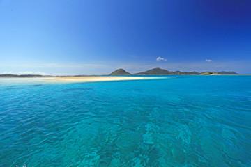 伊平屋のコバルトブルーの海と夏空