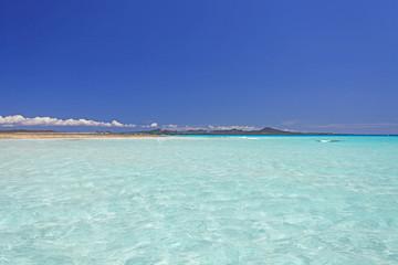 伊平屋のコバルトブルーの海と紺碧の空