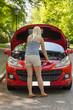 Das junge Mädchen mit dem roten Auto