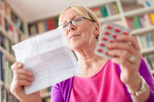 starsza-kobieta-z-lek-pigulkami-i-recepta