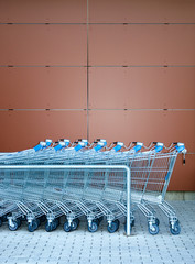 Einkaufswagen vor Wand