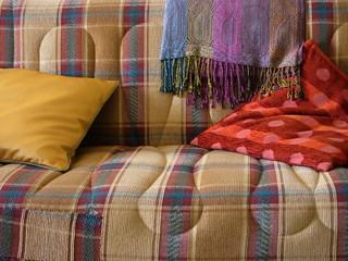 Stoffbezug einer Couch mit Kissen in einem Haus in der Türkei