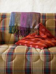 Sofa mit traditioneller Decke mit Fransen in der Türkei