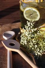 Holundersektherstellung im Garten wellness