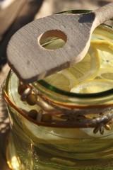 im Garten hergestellte Limonade mit Kochlöffel
