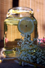 Biolimonade mit Zitrone und Holunder hergestellt
