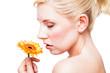 junge Frau mit Gerbera-Blüte