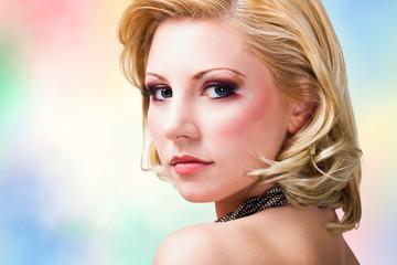 attraktive junge Frau im Party-Look