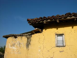 Gelbe Fassade eines alten Hauses mit traditionellen Ziegeln