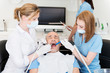 patient wird beim zahnarzt behandelt